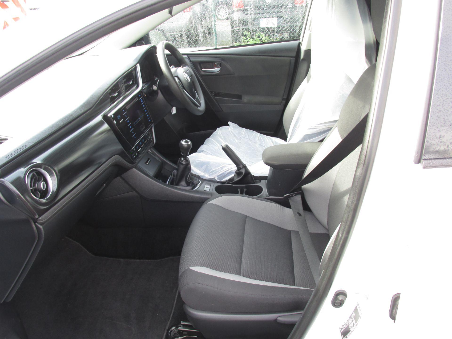 2016 Toyota Auris 1.4d-4d Terra 4DR (161D43009) Image 11